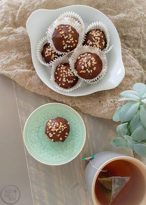 Maak zelf deze chocoladebonbons, dat is helemaal niet moeilijk! De smaak lijkt nog het meest op die van de aloude zoenen, maar dan in een mini uitvoering en met een halve oreo als bodem. #bonbon #oreo #zelfmaken #recept