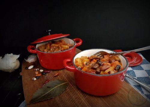 Een hartverwarmend stoofpotje van bonen, champignons en groenten is pure verwennerij.  #recept #bonen #stoofpot #vegetarisch #vegan