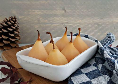 Stoofperen als dessert, met een bolletje ijs of in taart. Je kunt er alle kanten mee op. Deze stoofperen krijgen extra smaak door likeur toe te voegen. #stoofperen #likeur #recept #zoet