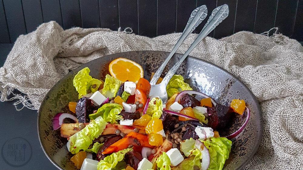 In de wintermaanden eten we ook wel salades, maar deze hebben dan vaak geroosterde groenten als basis en worden lauwwarm geserveerd. Voor deze winterse salade met linzen gebruiken we geroosterde pastinaak, bieten en worteltjes.  #recept #salade #maaltijdsalade #vegetarisch