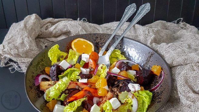 Winterse salade met linzen en geroosterde groenten