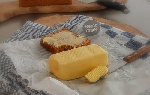 Roomboter, het woord zegt het eigenlijk al: boter gemaakt van room, slagroom wel te verstaan. En je maakt het makkelijk zelf. Hoe gaaf is dat!  #makkelijk #roomboter #zelf maken #recept