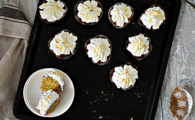 Citroen maanzaad muffins met een romige topping.