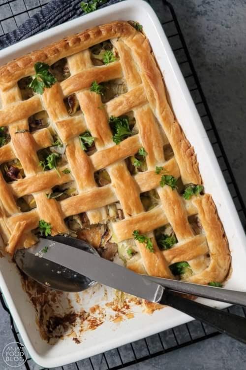 Een ovenschotel of pastei met prei en champignons. Want soms heb je gewoon zin in iets anders, geen aardappelen als het even kan maar ook geen pasta of rijst.