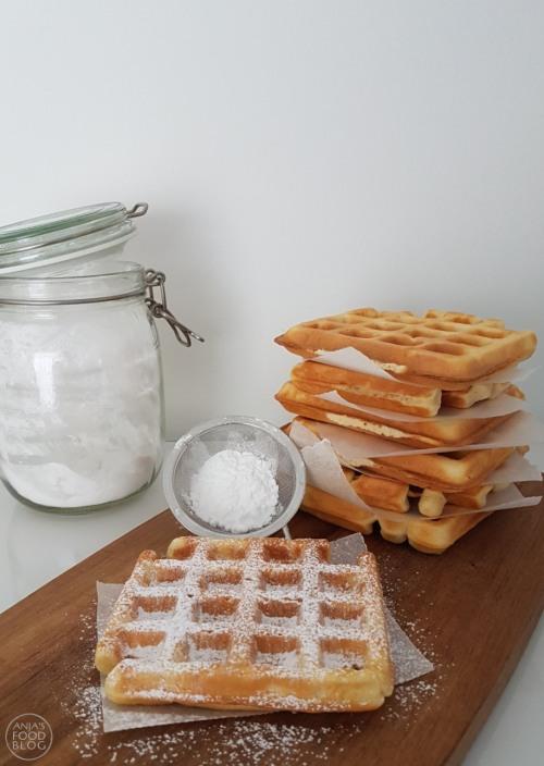 Deze wafels met karnemelk zijn heerlijk van smaak. In het beslag gaat weinig suiker, dus laat je fantasie de vrije loop en garneer met fruit en ijs of slagroom.  #recept #wafels #karnemelk #weinigsuiker
