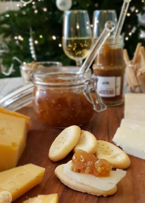 Een perenchutney met gember, mosterdzaadjes en ciderazijn. Lekker op de borrelplank bij een stukje kaas, denk hierbij  aan harde kaas als Manchego of Parmezaan. Maar natuurlijk bij ook bij de kerstkalkoen of zo op een stukje stokbrood.