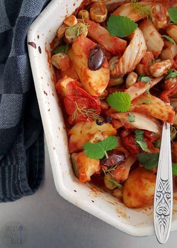 Een ovenschotel met venkel en aardappelen. Smaakmakers hierbij zijn tomaten, olijven en kruiden.