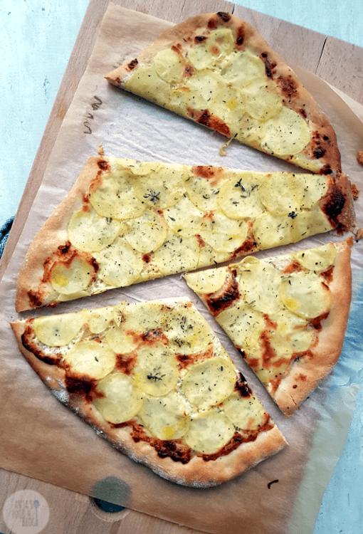 De basis van de flammkuchen is een deeg met hartig beleg. Deze variatie is met aardappel en Parmezaanse kaas.  #flammkuchen #recept #aardappel #vegetarisch