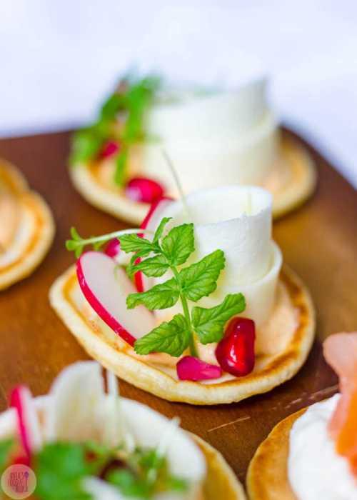 Deze hartige blini's met gerookte zalm en mierikswortel, wortel met geitenkaas of pastinaak met humus zien er niet alleen prachtig uit, ze smaken ook super!