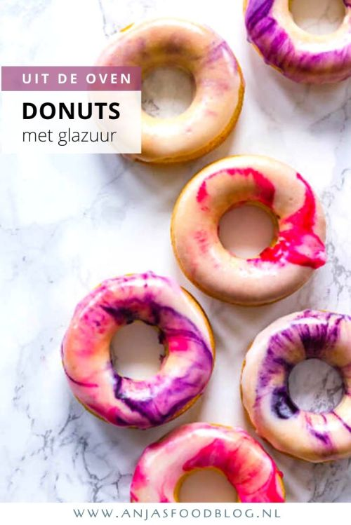 Cakedonuts uit de oven met een marmerglazuur. Je maakt ze van een cakebeslag en bakt ze in een donutvorm in de oven. Makkelijker wordt het niet!  Vervolgens laat je de cakedonuts helemaal  afkoelen waarna je ze kunt versieren. Ik kies voor marmerglazuur, maar leef je vooral uit, het kan niet gek genoeg. #recept #donuts #cakedonuts #marmerglazuur #zoet