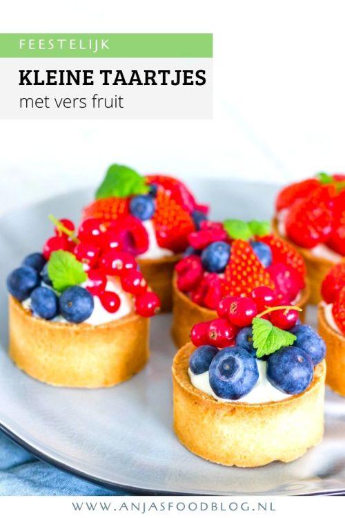 Kleine taartjes met lemoncurd en witte chocoladeslagroom, gegarneerd met vers seizoensfruit zoals aardbeien, frambozen, rode of blauwe bessen. #recept #kleinetaartjes #tartelettes #versfruit