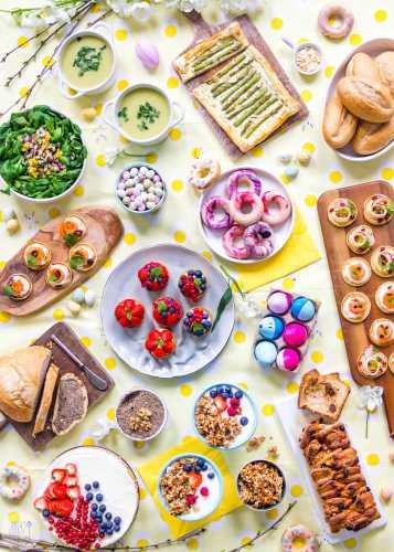 De gedekte paastafel met alle gerechten voor een heerlijke lunch of brunch