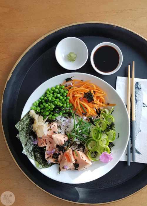 Een poké bowl of sushi saladebowl met zacht gegaarde zalm