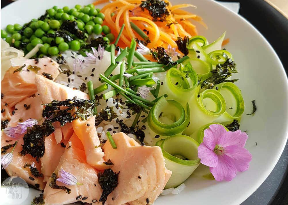 Een poké bowl of sushi saladebowl met zacht gegaarde zalm. Zacht gegaarde zalm, verse groenten en crunchy zeewier maakt het compleet. Heerlijk!!