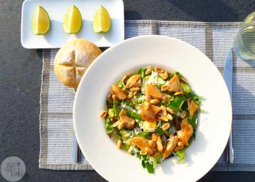 Lentefrisse rijstsalade met kip, peultjes en pinda's