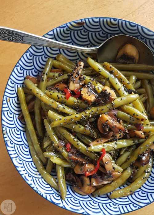 Sperziebonen en champignons met zwarte knoflook en gember-honing