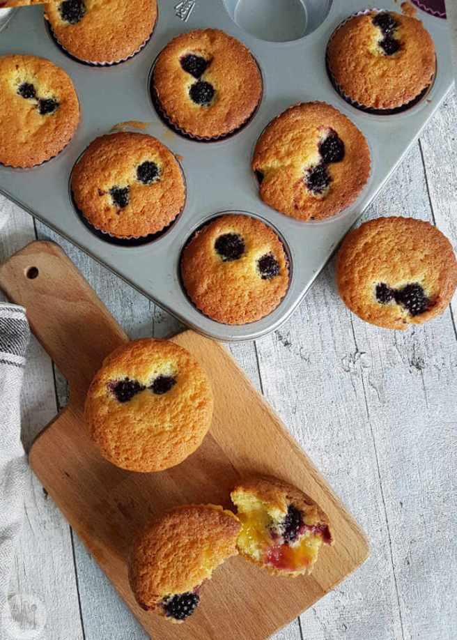 Cupcakes met lemoncurd en bramen