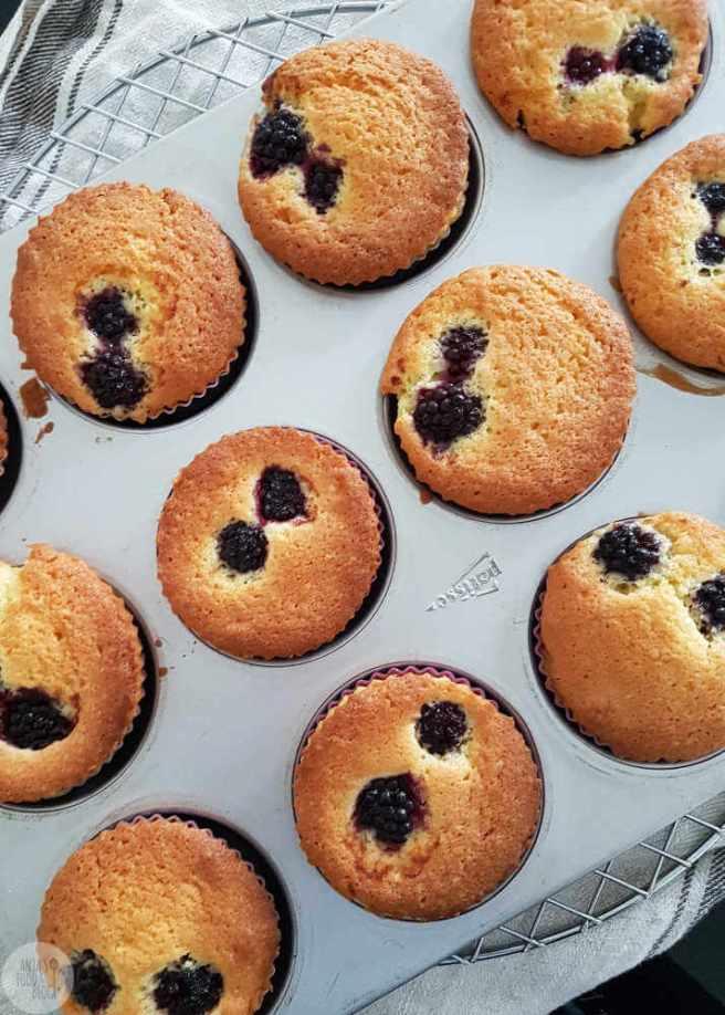 Deze cupcakes met lemoncurd en fruit zijn erg lekker. Bovendien niet droog, juist door de lemoncurd en het fruit.