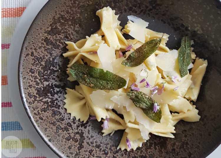 Maak zelf eens je pasta zoals deze farfalle of strikjespasta. Met bieslookbloemetjes in het deeg voor een mooi effect.  #homemade #pasta #farfalle #recept