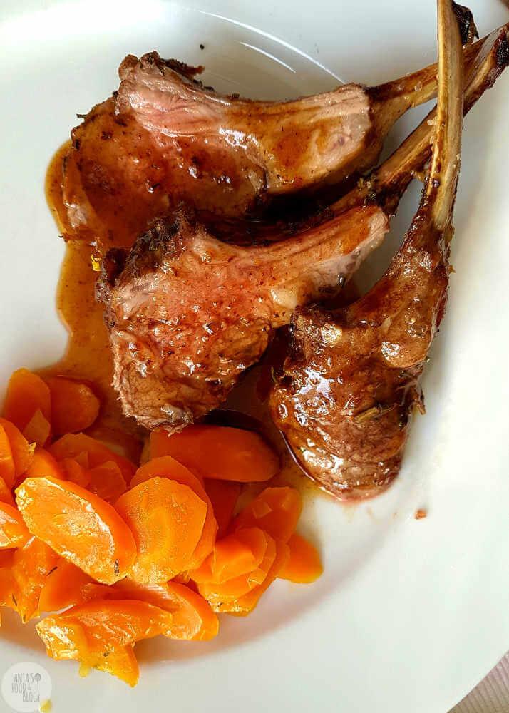 Supermals lamsvlees uit de oven met een goddelijke honing-gember saus.