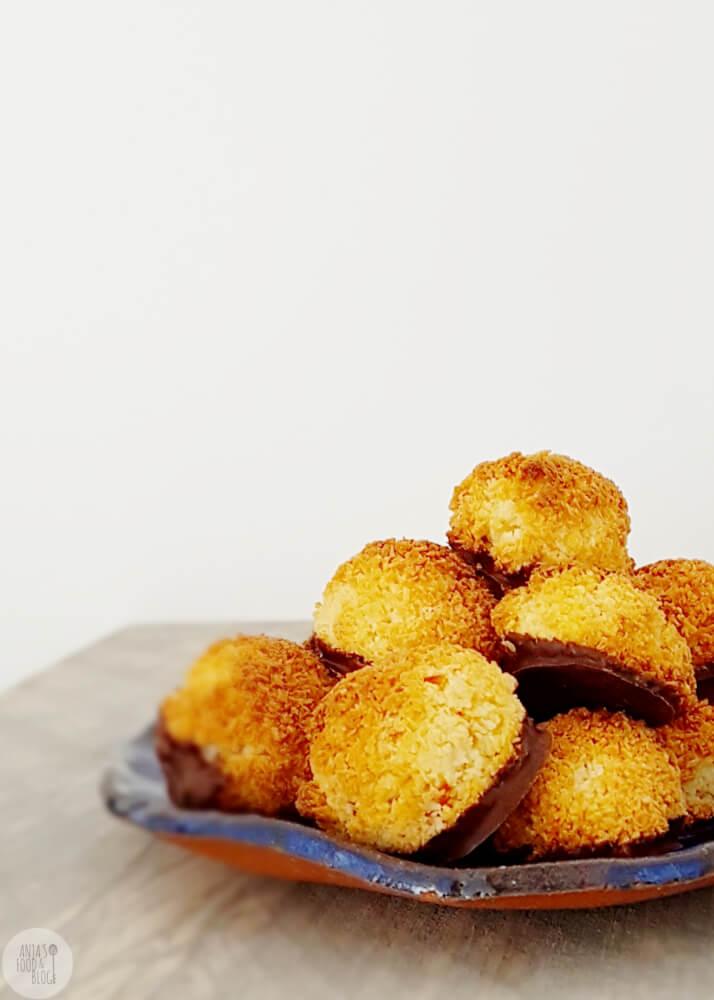 Ben je ook fan van die chewy kokosmakrons? Vandaag geef ik je hiervoor een heel eenvoudig recept, de basis bestaat uit slechts 2 ingrediënten!