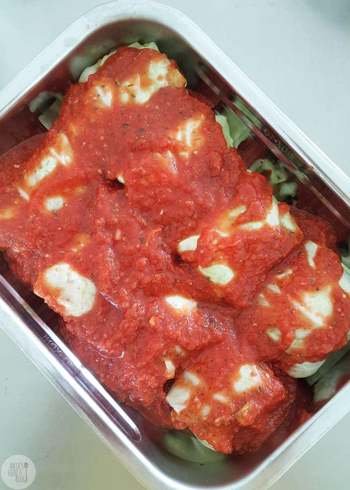 Deze vegetarische koolrolletjes in tomatensaus maakte ik met een vulling  van vegetarisch gehakt, paprika en champignons.