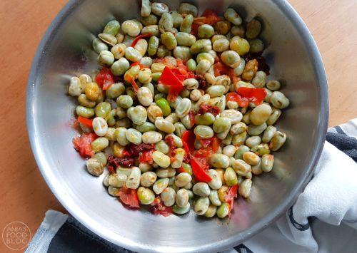 Een lekker recept voor tuinbonen. Deze tuinboontjes krijgen zoveel meer smaak met zongedroogde tomaten en tijm. Door diepvries tuinbonen te gebruiken zijn ze ook nog eens snel klaar.  #recept #groenten #gezond #makkelijk #tuinbonen