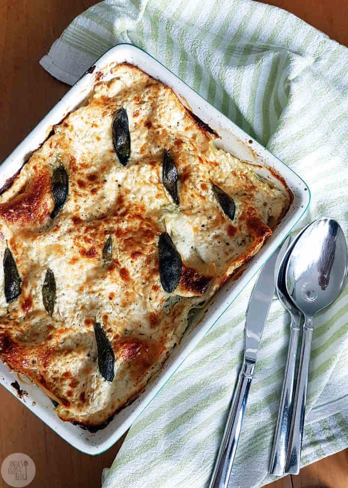Spinazie en ricotta in combinatie met salie en Parmezaanse kaas komen samen in deze heerlijke lasagne. Om je vingers bij op te eten!
