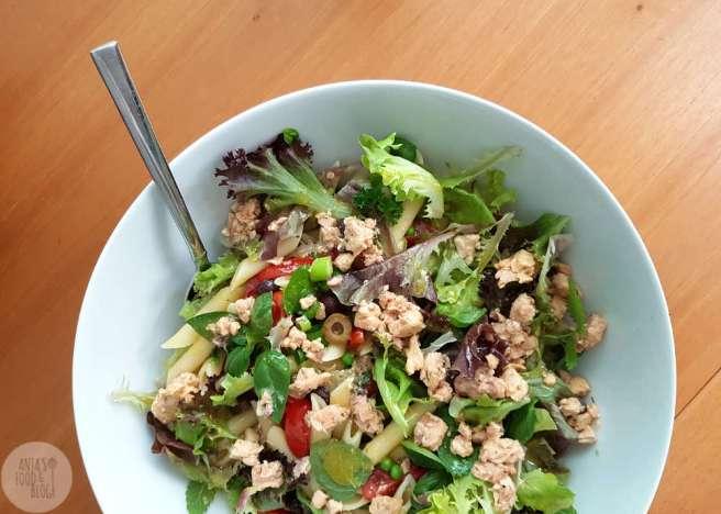 Deze pastasalade met zalm en tuinkruiden is eenvoudig en makkelijk te maken. De tuinkruiden zorgen voor extra smaak die het verrassend goed doet bij de zalm.