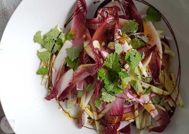 Roodlof salade met appel en amandelen