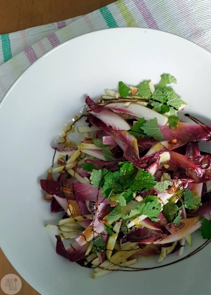 Een salade van roodlof met appel en amandelen. Roodlof is een kruising tussen witlof en radicchio. Heerlijk in combinatie met appel en noten.