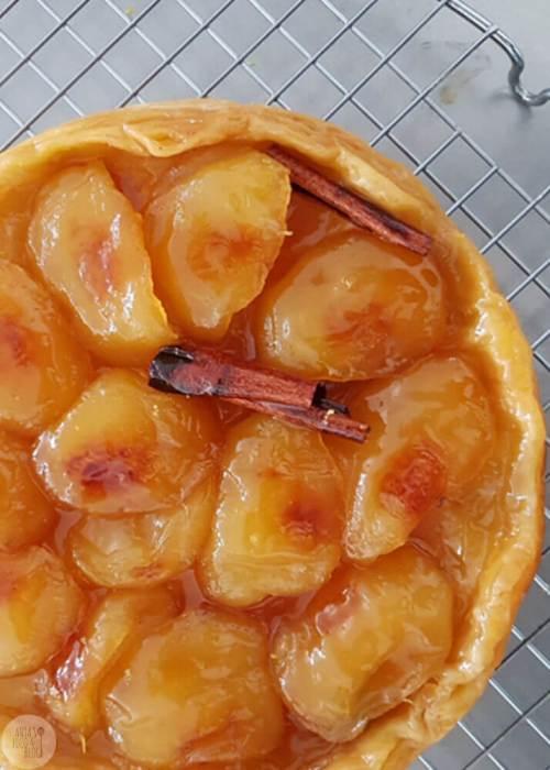 Tarte tatin met appel. In dit recept laat ik je zien hoe je makkelijk een tarte tatin bakt.
