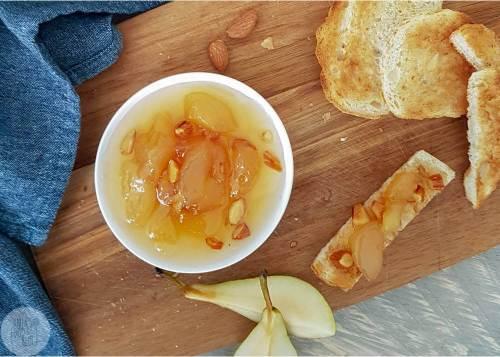Peren, noten en karamel zijn heerlijk samen. En dat proef je ook terug in deze perenjam met amandelen en karamel likeur. Lekker op brood, maar zeker ook bij een pittig kaasje.