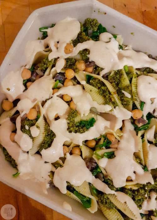 Gevulde grote pastaschelpen met spinazie en pesto. Een heerlijke vegan variant waarin je de kaas niet mist. Maak zeker ook een extra portie pesto, lekker bij alles!
