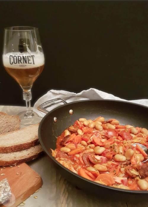 Een winters eenpansgerecht met limabonen, droge worst (fuet) en bier. Een makkelijke maaltijd die lekker is met stevig brood en een frisse salade erbij.  #stoofgerecht #fuet #recept #limabonen