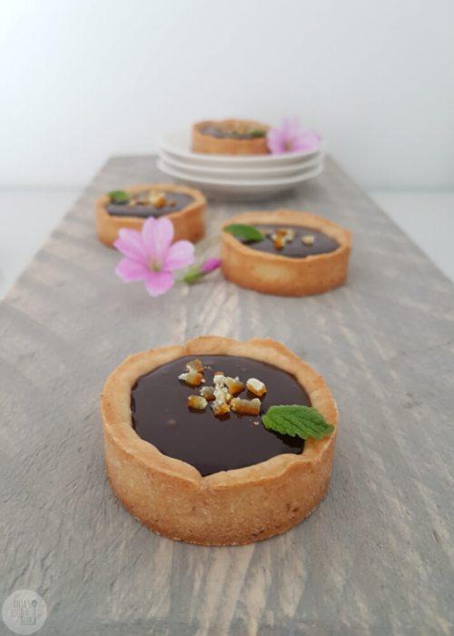 Ben je fan van kleine taartjes en houd je van chocolade? Probeer dan eens deze chocoladetaartjes! Ze zijn heerlijk want de gember-honing geeft de chocoladeganache nét dat beetje extra.