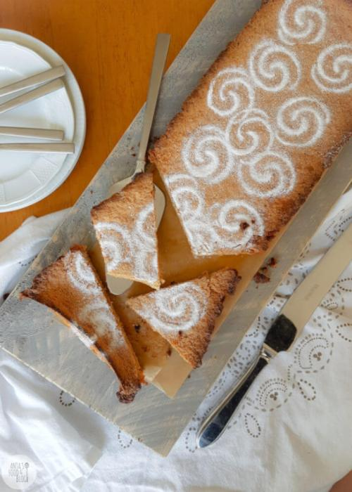 Spaanse amandeltaart, heerlijk voor bij de koffie/thee of als dessert. Voor wat extra smaak voegde ik behalve citroen ook limoncello toe aan de ingrediënten en dat proef je! #amandeltaart #recept #limoncello