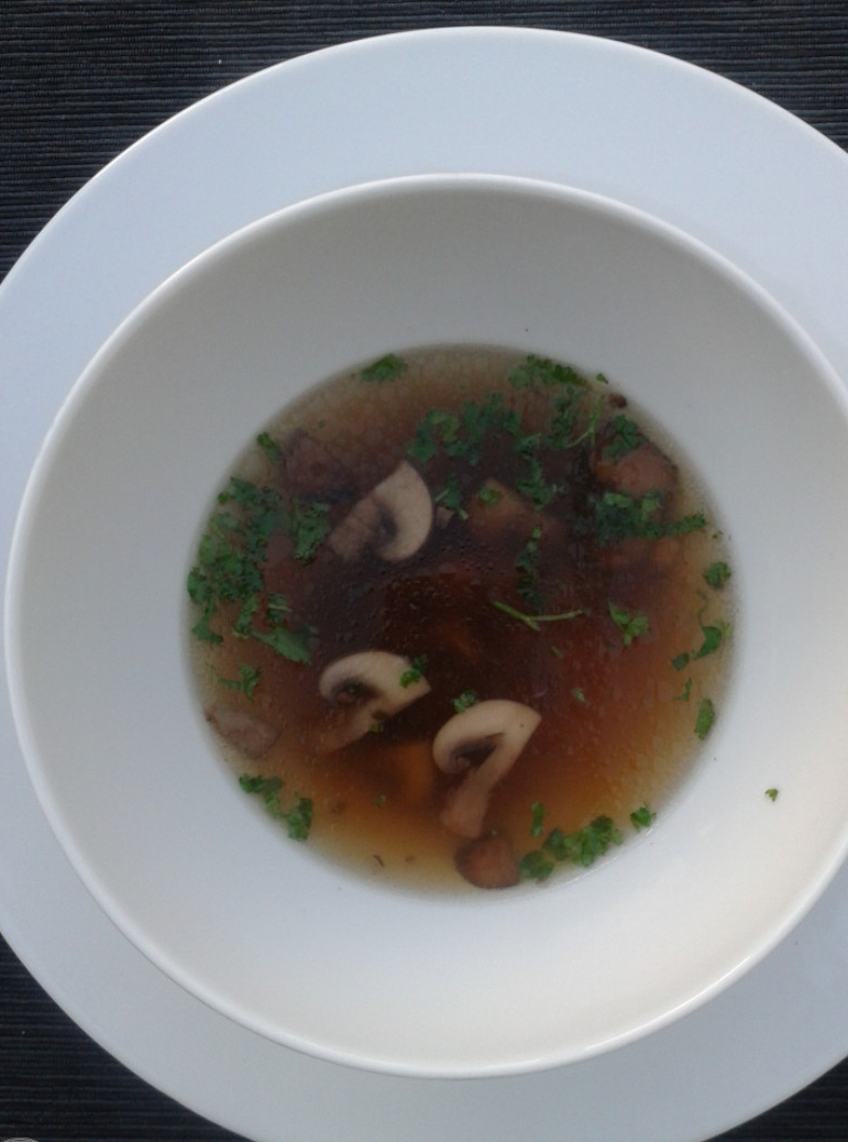 Een basisrecept voor groentebouillon en daarbij meteen een tip voor een heerlijke soep. Want de lekkerste soep is natuurlijk een soep die je helemaal zelf maakt. #recept #basisrecept #bouillon maken