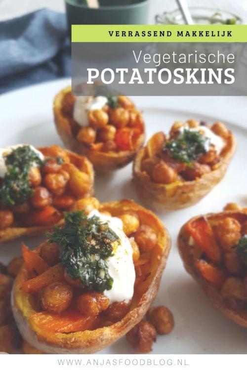 Deze potatoskins vul je met kikkererwten en groenten. Zure room en salsa verde maken het af. Bovendien makkelijk te maken. #potatoskins #aardappelschelpen #recept #snack #vegetarisch
