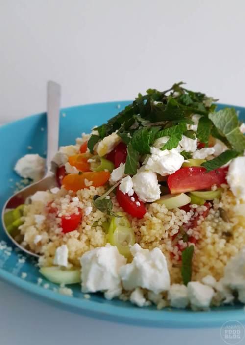 Een van mijn favorieten als het weer lekker weer begint te worden is wel de couscous salade. Snel klaar en lekker makkelijk, maar bomvol smaak. Meestal met tomaatjes, olijven en feta. Verse tuinkruiden met een zacht blad zijn hier echt een must!