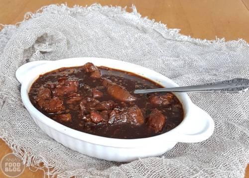 Zwarte kip, een Oosters gerecht, dankt zijn naam aan de ketjap manis. Het recept is zó makkelijk, 15 minuten werk en dan lekker laten sudderen. Maak het de avond van tevoren, zodat alle smaken in het vlees kunnen trekken.