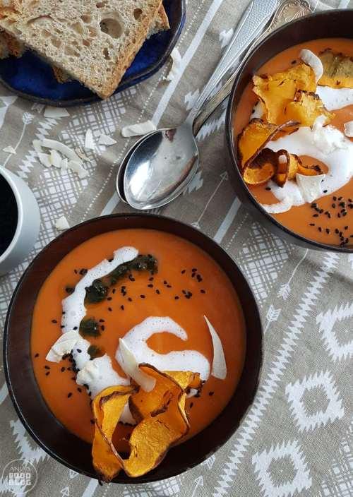 Variaties in pompoensoep heb je nooit genoeg! De pittige gele curry combineert hier heel goed met de pompoen. Met rode linzen voor een makkelijke maaltijdsoep.