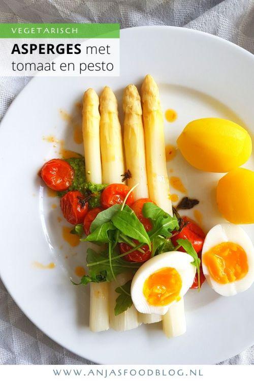 Een heerlijk gerecht deze asperges met pesto en langzaam gegaarde tomaatjes. De tomaatjes worden gegaard in olijfolie met verse kruiden. Voor wat extra pit zorgt de pesto die je kunt maken van rucola (pittig) of een mengsel van gemengde tuinkruiden. Net wat je lekker vindt.  #recept #asperges #pesto #vega #vegetarisch