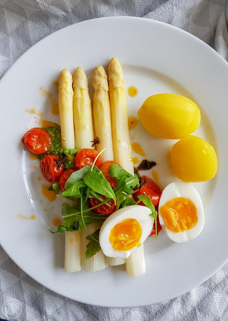 Asperges met tomaat en pesto