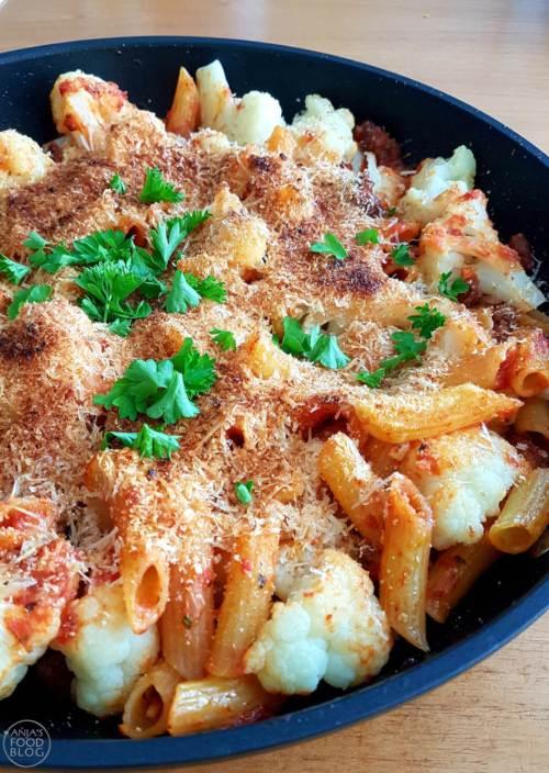 Deze bloemkoolschotel met pasta en gehakt in tomatensaus is een heerlijk gerecht. Bloemkool wordt gestoomd en gaat dan met pasta en saus nog even onder de grill.  #recept #bloemkool #pasta