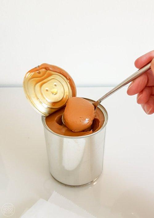 Dulce de leche is eigenlijk gewoon karamel uit een blikje. Je maakt het van gecondenseerde melk en anders dan met karamel: dit kan niet mislukken. En het is nog lekker ook! #recept #dulcedeleche #zelfmaken #karamel #makkelijk