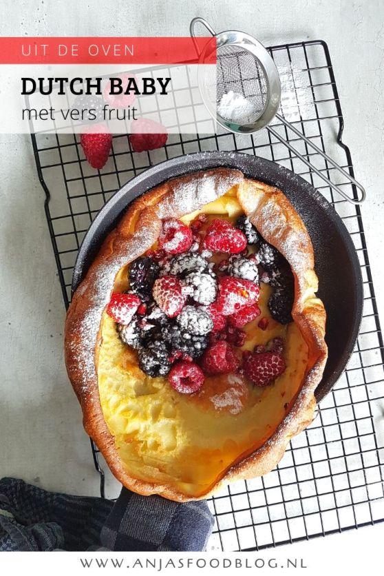 Ken jij de Dutch baby? Het is een pannenkoek die gebakken wordt in de oven. Je serveert hem in de gietijzeren pan met vers fruit, ahornsiroop en poedersuiker. Een superdeluxe en toch makkelijk lunchgerecht.  #recept #dutchbaby #fruit #zoet