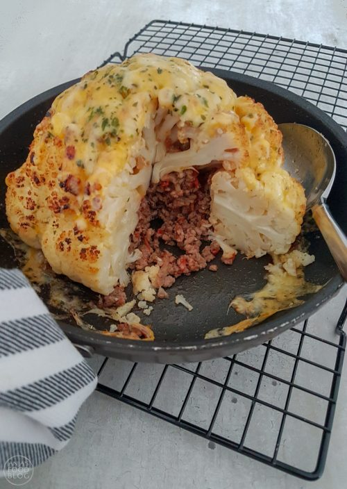 De bloemkool wordt gevuld met gehakt en vervolgens in de oven gebakken met een laagje kaas er over. Geef er in de oven gebakken aardappeltjes bij voor een volledige maaltijd. #recept #bloemkool #gevuldebloemkool #ovengerecht #hoofdgerecht