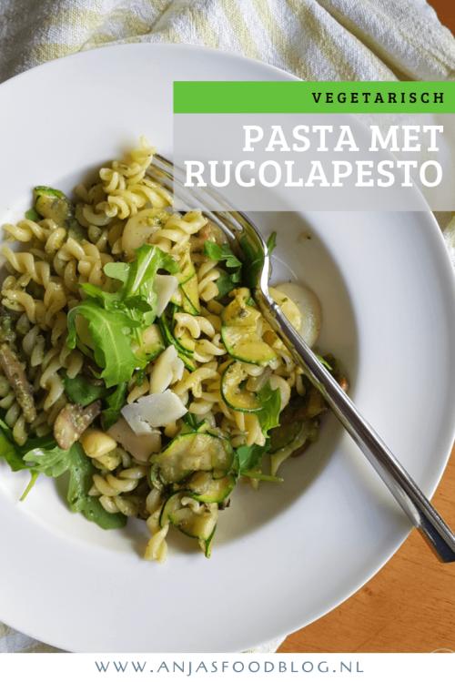 Rucolapesto geeft deze vegetarische pasta met limabonen en champignons wat extra pit. Voor een extra snelle maaltijd maak je de pesto de avond tevoren. #recept #vegetarisch #pasta #rucolapesto