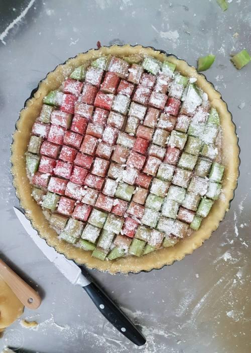 Dit wil je maken! Een rabarbertaart met hazelnootvulling. En wat een juweeltje; door dit blokmotief zeker geschikt voor een feestje.  #recept #rabarbertaart #blokmotief #hazenootvulling #gebak